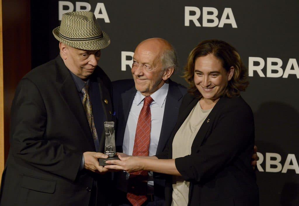 Walter Mosley recibe el premio de Ricardo Rodrigo y Ada Colau